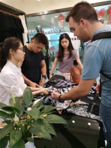 Printing T-shirt Garment Factory Purchase Bulk Stuff In Sample Showroom